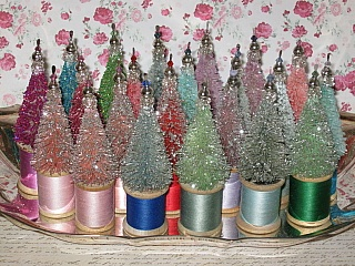 How cute is this ♥Teensy bottle brush trees on spools of thread.