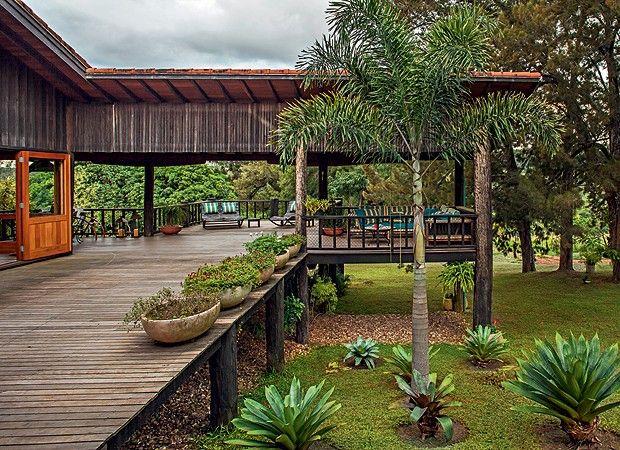 Rústico chique.Quase toda de madeira, a casa de 550 m², projetada pelo arquiteto Carlos Motta.Elevada no terreno, pouco toca o chão e se harmoniza com a paisagem da fazenda na Serra de Botucatu, SP