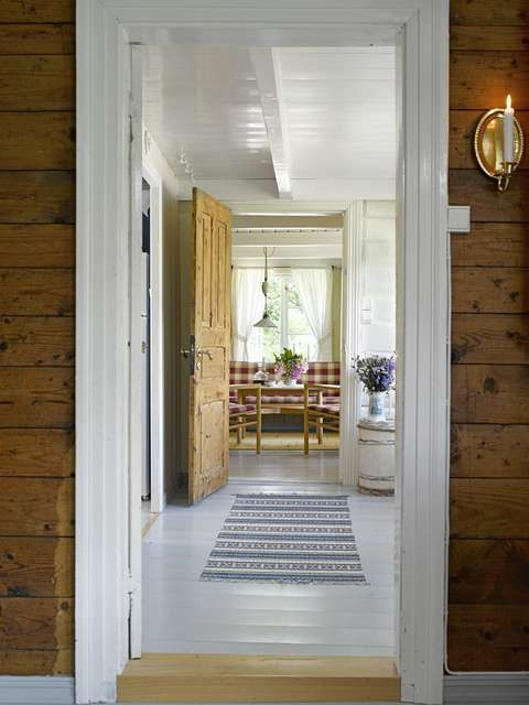 Listat lattian värillä, kynnys puu käy, katto ei hyvä valkoinen jos pookkipuu näkyy