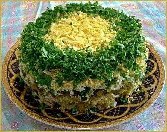 """Салат """"Грибы под шубой"""".  500 г.грибов, 1-2 головки репчатого лука, 3-4 вареные картофелины, зеленый лук, 3-4 яйца, несколько соленых огурцов, сыр твердый грамм 200, майонез  Грибы перебираем, моем, режем и жарим на сковородке и репчатым луком. Вареный картофель,яйца,соленые огурцы, сыр трем на крупной терке. Выкладываем слоями: 1 слой - жареные грибы с луком 2 слой - вареный картофель 3 слой - зеленый лук, 4 слой - майонез 5 слой - соленые огурцы 6 слой - яйца 7 слой - майонез 8 слой…"""