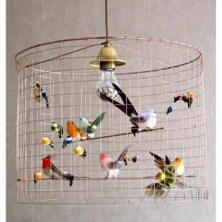 PETITE VOLIÈRE    CHALLIÈRES  Fantastisk handgjord lampa från Frankrike. Koppartråd och fåglar med riktiga fjädrar. Design Mathieu Challières. H40 Ø45 cm.    Beställningsvara    3 995 SEK
