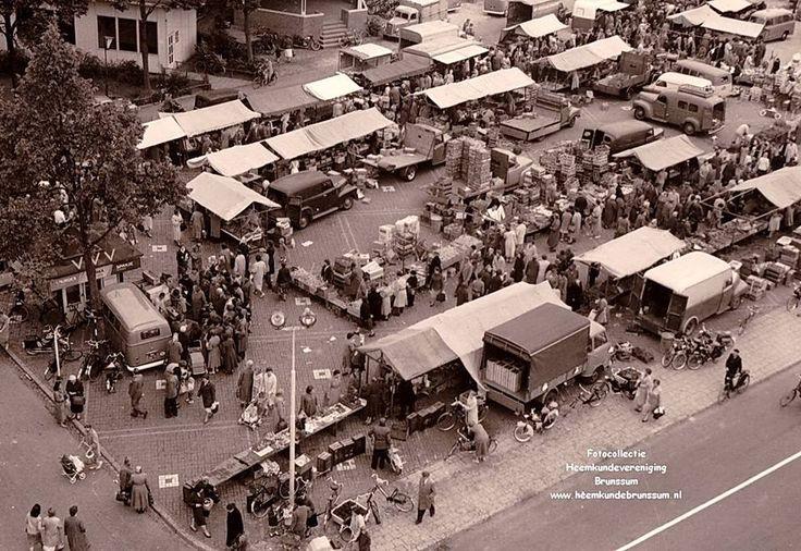 Markt op het Lindeplein gefotografeerd vanaf het oude gemeentehuis in de vijftiger jaren