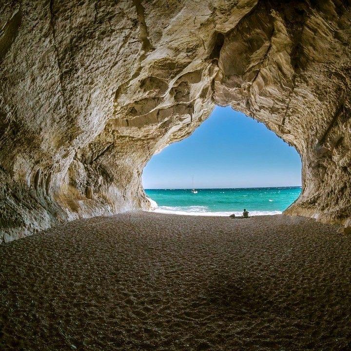 Détente à la plage à Cala Gonone en Italie.  #voyagevoyage #paysage #destination #italie #voyage #CalaGonone #aventure #plage #blogvoyage #instatravel