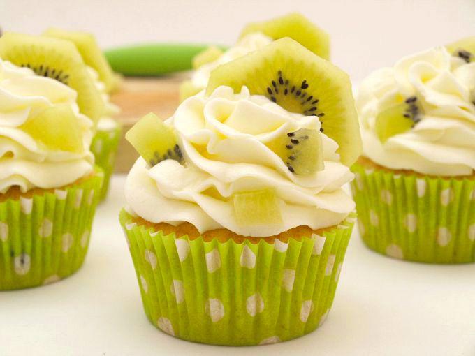 ¿Hacemos unos cupcakes este fin de semana?.Si os gusta el kiwi, animaros a hacer estos cupcakes. Están riquísimos, la masa queda muy jugosacon los trocitos de fruta y la cobertura de queso les va perfecta. Estos días no voy a … Continuar leyendo →