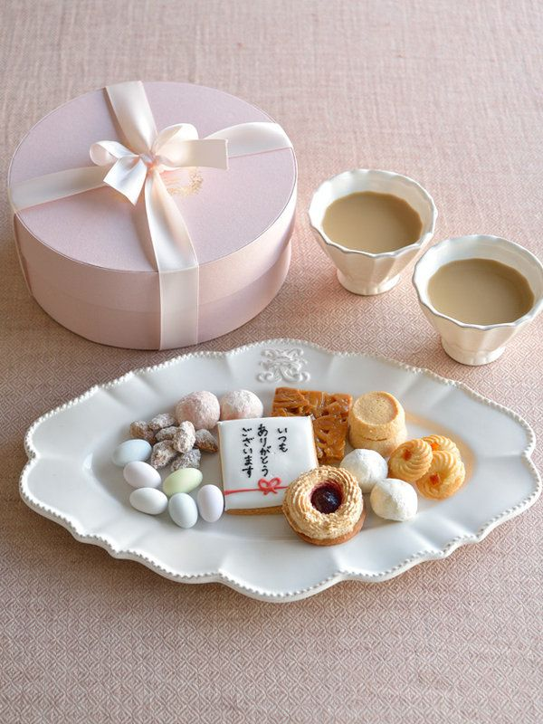 ベビーピンクの丸いボックスで届く、焼き菓子のアソート。愛くるしいデコレーションで大人気のカップケーキを作る「プティビズ芦屋」によるものと聞いて納得の、かわいらしさだ。こちらは、贈り物にぴったりなメッ...