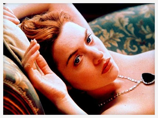 Kate Winslet dans Titanic http://www.vogue.fr/joaillerie/red-carpet/diaporama/diamants-a-l-ecran-films-bijoux-les-hommes-preferent-les-blondes-titanic/16912/image/895701#!titanic-collier-the-heart-of-the-ocean-film-bijoux