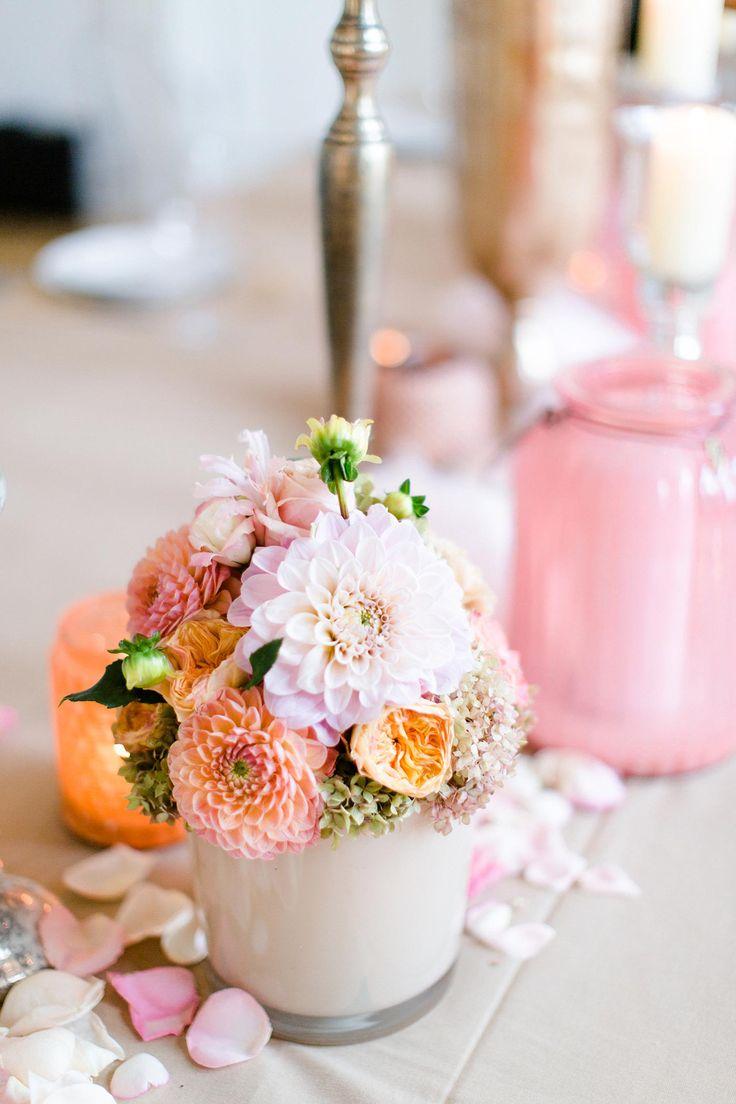 Eine Tischdeko mit Blumen kann man leicht selbst machen. Man braucht nur eine Idee und los gehts... Jede Menge Vorschläge findet ihr in unserer Galerie!