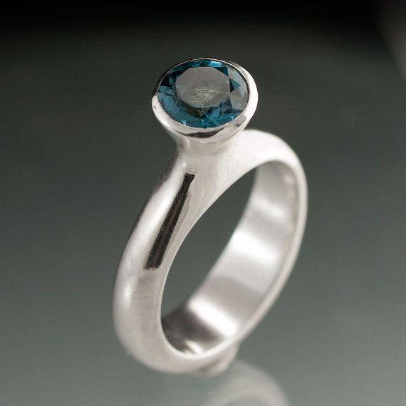 Luna anillo con topacio azul London en plata esterlina por nodeform