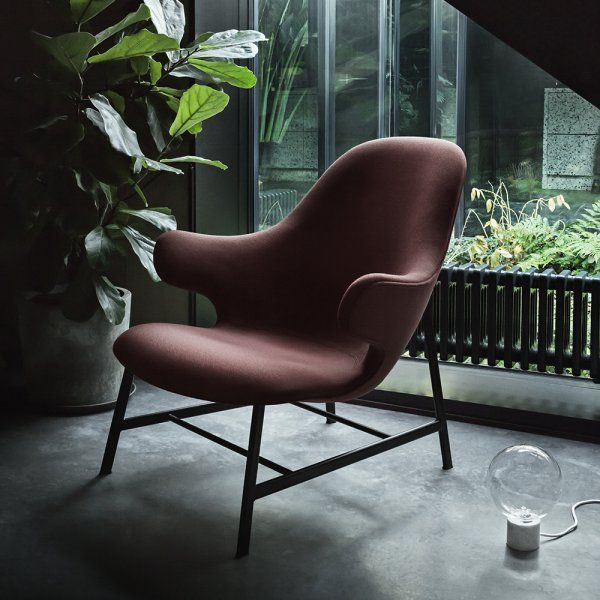 Pour cette nouvelle collection, And Tradition réitère sa collaboration avec le designer Jaime Hayon. Sa « Catch Chair » devient la « Catch Loung chair ». Dans cette nouvelle version, elle s'incline en douceur et s'offre à vous avec ses deux accoudoirs qui vous font de l'œil.
