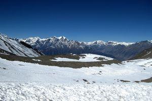 """""""Ausläufer des Zyklons «Hudhud» sorgten vor einem Jahr für einen vorzeitigen Wintereinbruch in Nepal. Eine der am schlimmsten betroffenen Regionen war das Gebiet um den Achttausender Annapurna, wo eine beliebte Trekkingtour Wanderer aus aller Welt anzieht.""""  # Namche Bazar # Sherpas # Mount Everest  # Khumbu-Eisfall"""