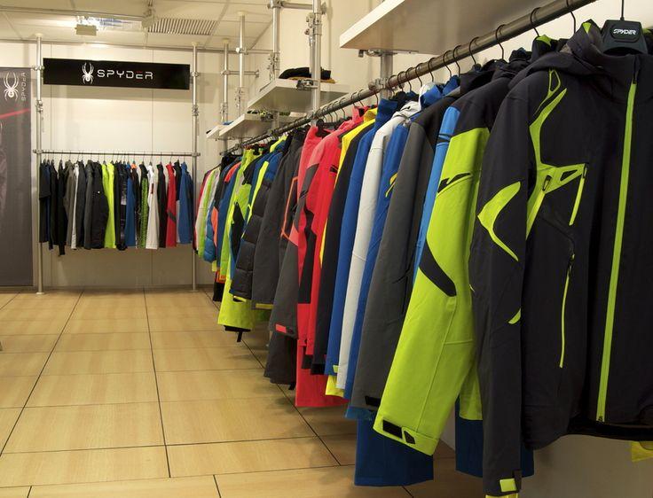 Diferentes modelos de ropa de esquí para hombre con la línea 'de calle' al fondo.