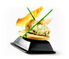 Kyllingesalat med bacon og cornichoner - klik på billedet for at se mere... #karenvolf #digestive #opskrift #tapas #snack #fuldkorn