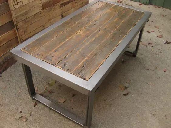 mesa de comedor de hierro y madera reciclada