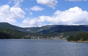 Blick über das Barker Reservoir auf Nederland in Boulder County