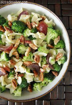 Ensalada de pasta, brócoli, uvas rojas, nuez y un aderezo cremoso con un toque de vinagre. Es la mezcla perfecta de sabores y texturas, entre dulce, crujiente, suave, salado y ácido.