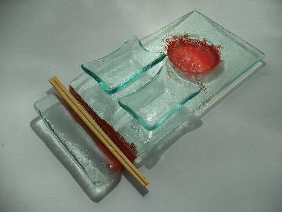 Conjunto para Sushi ou Frios em vidro incolor. Cor: Incolor com detalhes em vermelho 5 Peças: 1 prato  ( 30 x 15) 2 tigelas para shoyu ( 8 x 8 )  2 porta hashi  PEÇA ÚNICA R$ 75,00