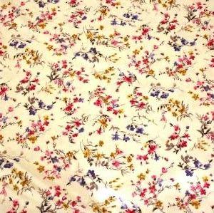 http://www.radicifabbrica.it/prodotto/tessuto-satin-h-cm-280-var-10b/   Tessuto Satin stampato a metraggio. Altezza cm 280.  Variante 10B fiore piccolo: fondo color panna e fiori color rosa acceso, oro e blu cina.  composizione: 70% poliestere, 30% cotone.  ideale per trapunte, quilt e copripiumini.