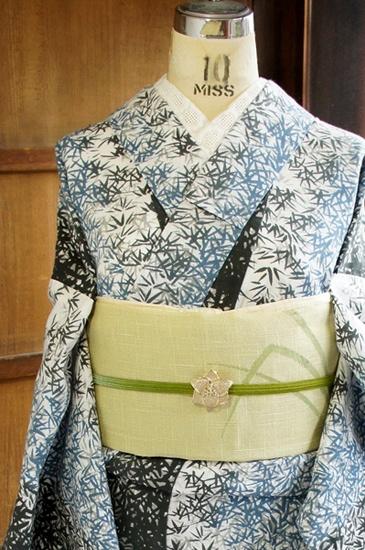 白の地に、薄藍から墨色のグラデーションも美しく、繊細な笹の葉模様が染め出された注染レトロ浴衣です。