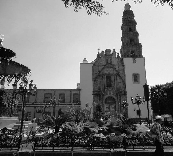 Parroquia de San Miguel Arcángel, construida en el siglo XVIII es de estilo renacentista y plateresco, tiene fachada con torre de cantera. #atotonilcoelalto #jalisco #mexico (en Atotonilco El Alto)