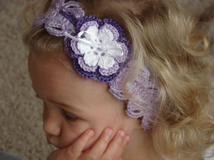 Fialová čelenka Dívčí háčkovaná čelenka zdobená kytičkou. Pro obvod hlavy 48 - 50 cm. Zhotoveno z bavlny.