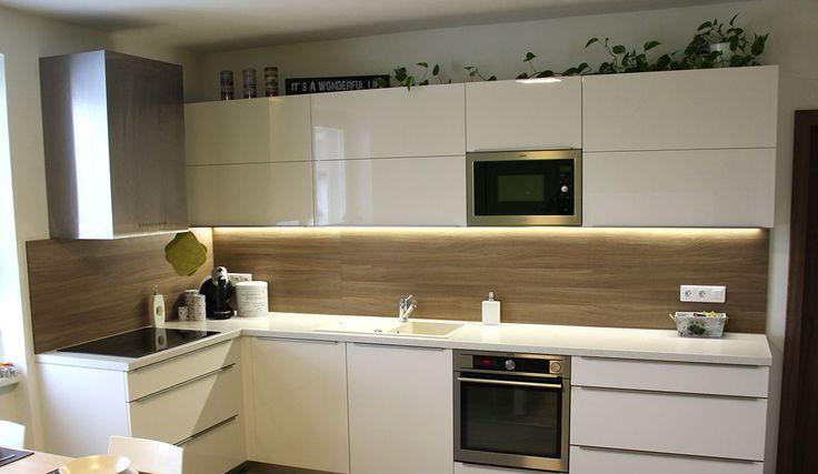 Pro zvolený koncept bytu byla vybrána kuchyňská linka COMFORT. Lak STYLE v provedení bílá antik lesk byl sázkou na jistotu. Doplněn je zástěnou v provedení lamino ořech drsný.
