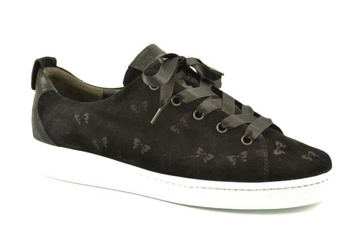 Zwarte suede sneakers met strikjes all over van het merk Paul Green, model 4538. €149,95 #nieuwecollectie #fallwinter #sneakers #shoes #paulgreen