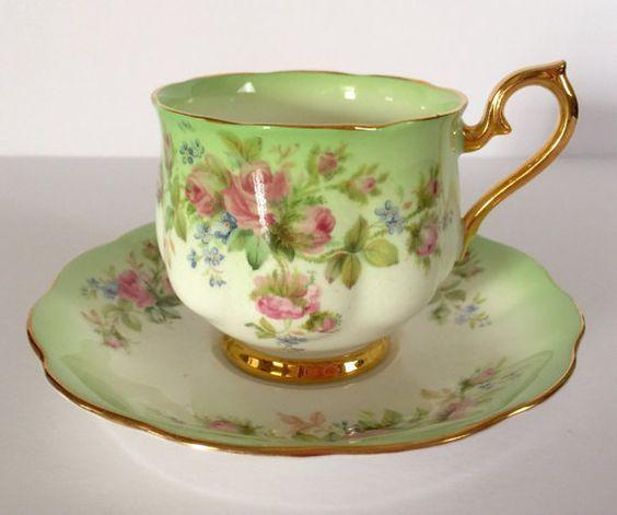 Šálek na čaj * bílo zelenkavý porcelán zdobený zlatem a malovanou květinovou dekorací.