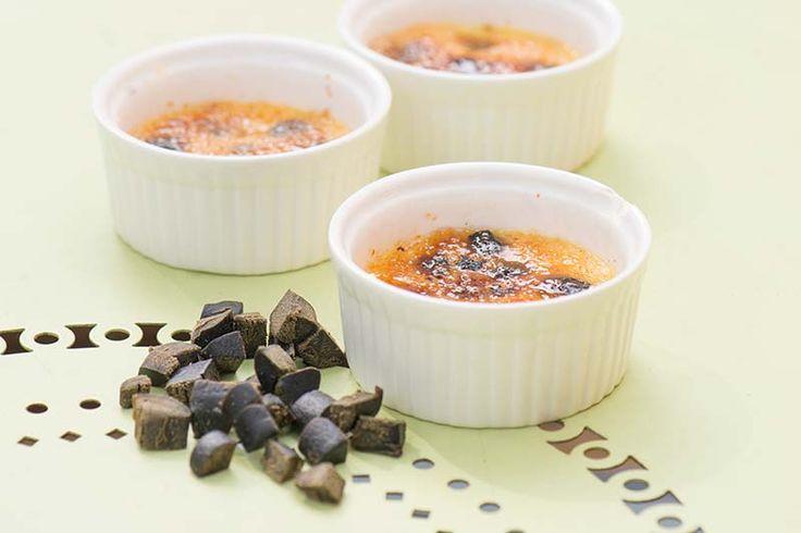 Crème brulé med lakrits ur boken Smak av Peter Streijffert  En fantastisk dessert som får sitt lyft av lakristbitarna. Lakrits är en sorgligt underskattad smaksättare. Prova att smaksätta rostade rotsaker med lakritspulver till exempel. Rödvinsvänligt!  Till denna dessert blir Sauternes utmärkt.  #recept #mat #vego #vegetarisk #dessert #lakrits