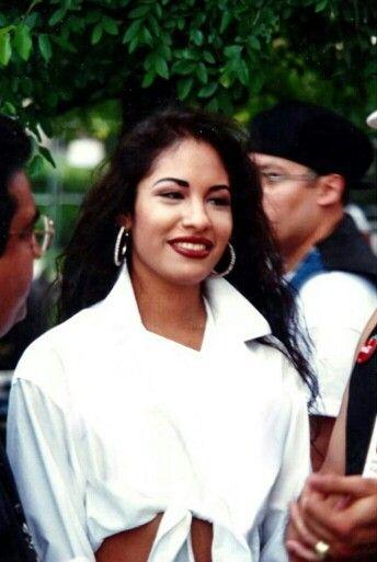 Selena Quintanilla with los dinos