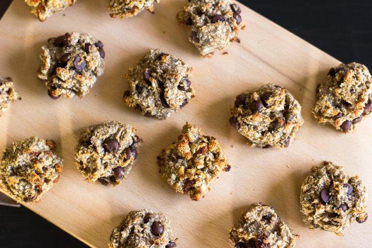 Deze koekjes stonden al een tijdje op mijn baklijstje. Waarom? Ze zijn allereerst supermakkelijk om te maken, omdat ze maar twee basisingrediënten bevatten: havermout en banaan. Door honing toe te voegen worden ze nog wat zoeter en knapperiger. Daarnaast kun je er alles in stoppen dat je lekker vindt: pure chocola, kokos, gedroogde vruchten, …
