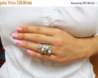 Articoli simili a Filo avvolto anello anello perla filo Wrap anello semplici anelli Swarovski perla nodo anello gioielli regali sotto i 20 regali per il suo anniversario 031 su Etsy