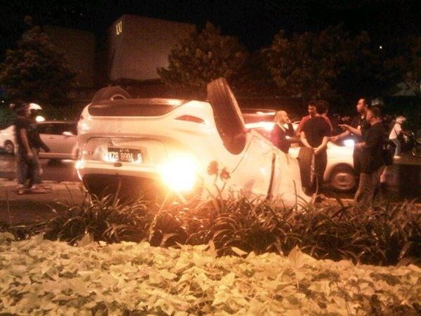 02:39 Kecelakaan Ford Fiesta B 1068 BZA terbalik di dkt Sarinah Jl. MH Thamrin & msh penanganan Petugas Polri.