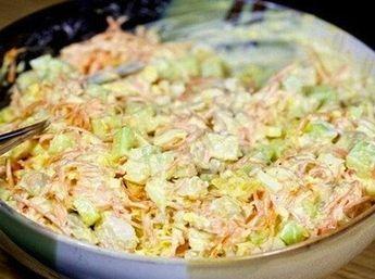 Vynikající salát s kuřecím masem, sýrem a fantastickou zálivkou. Hotový je za pár minut!