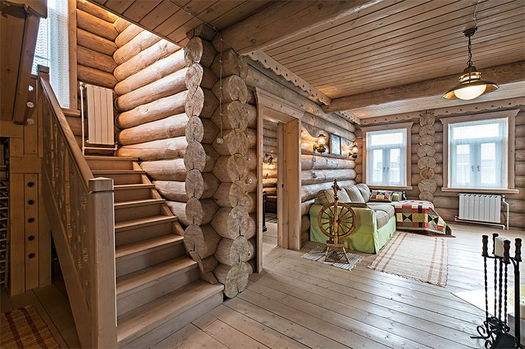 Двухэтажный дом из бревна ручной рубки