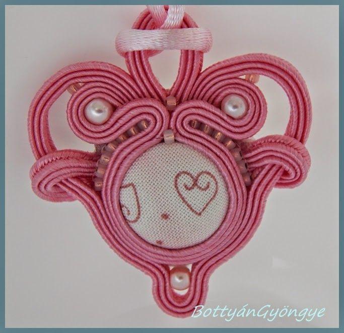 Rózsaszín szíves sujtás medál / Soutache pink heart pendant