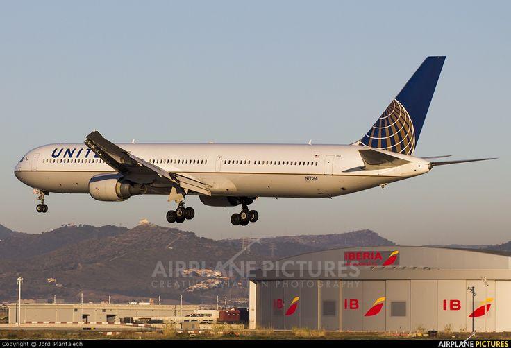 N77066 United Airlines Boeing 767-400ER