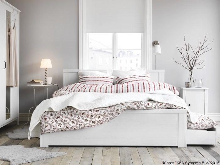 Și patul poate avea compartimente secrete, ascunzișuri perfecte pentru pături și lenjerii. www.IKEA.ro/cadru_pat_BRUSALI