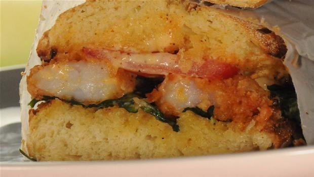 Po boy sandwich  Sandwich med krydrede stegte tigerrejer og lækker mayonnaise.