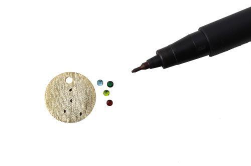 For at lave Krebsen skal du bruge følgende materialer:  1 stk. forgyldt sterlingsølv mønt 15mm 4 stk. farvede krystaller 1,8mm 1 stk. pincet + Hypo-Cement lim (Loctite lim kan desværre ikke bruges, da det let misfarver)  Jeg har her valgt kun at vise 4 af stjernerne i Krebsen.  Du starter med at lave mærker på din mønt så du kan se hvor du skal placere dine krystaller. Her har jeg brugt en tusch med en fin spids.