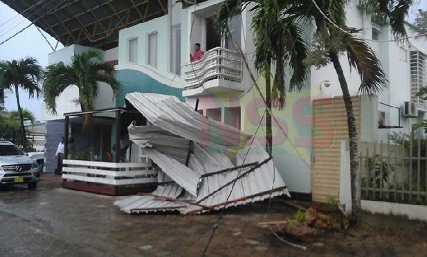 Rukwinden hebben in verschillende gebieden voor enorme schade gezorgd. Een telecommunicatiemast aan de Hornistraat is afgebroken. Daken van huizen zijn los