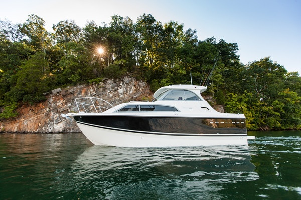 The 266 Discovery is no fair-weather friend. This boat is a tough, all-seasons workhorse, with a sleek look to match. #cruiser #bayliner