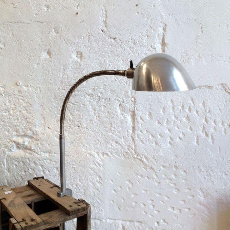 Lampe articulée industrielle d'atelier en aluminium avec pince étau... http://www.lanouvelleraffinerie.com/lampadaires-lampes-a-poser/1291-lampe-articulee-industrielle-d-atelier-en-aluminium-avec-pince-etau.html
