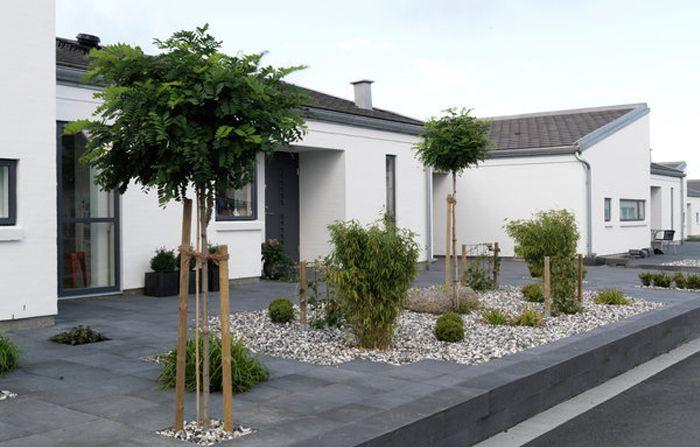 Fint med: Två rundklippta träd på framsidan, cementplattor, småsten (fast vita)