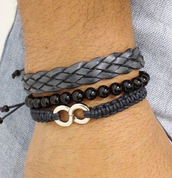 Kit de pulseiras unissex composto de 3 pulseiras sendo:  - 1 pulseira shambala confeccionada em macramé com cordão encerado na cor preto e símbolo do infinito prata  - 1 pulseira de couro preto trançado  - 1 pulseira de pedra natural ônix de 6 mm em fio de silicone    > Informe no pedido o tamanho do seu punho. Para medir use uma linha, dando 1 volta no punho e meça em uma régua. Envie o valor exato que faremos de moda a ficar confortável no seu punho. R$ 44,90