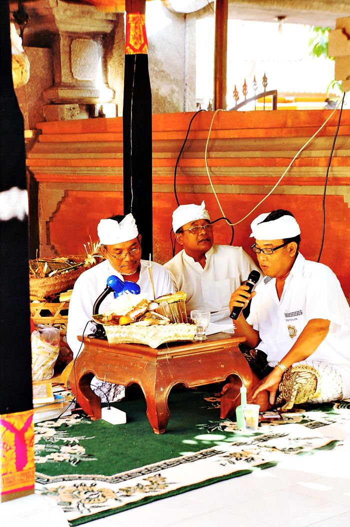 Holy words: A group of men take turns in reciting prayers. After each verse, they read the translation in Balinese. (Photo by Raditya Margi)
