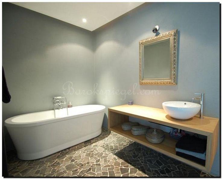 zilveren-barok-spiegel-in-badkamer-op-lichtblauwe