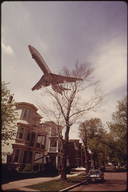 Airplane Landing in City – Amazing Vintage Photographs Capture Airplanes Landing at The Logan International Airport, Boston in the 1970s