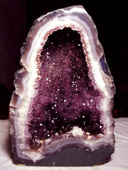 Google Image Result for http://4.bp.blogspot.com/_6-_Wbo7x_Qk/TUH-NwE0vxI/AAAAAAAABrE/3PbnafCqZFc/s1600/Amethyst-geode.jpg