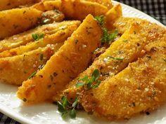 Oloupané brambory nakrájíme po délce na osminky. Dáme do studené vody na 30 minut a osušíme.Vejce rozšleháme se solí, kořením a pepřem....