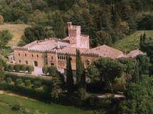 Palazzo Sarteano met 22 Slaapkamers die tot aan 45 mensen herbergen, gelegen in Sarteano, Toscane, Italië.